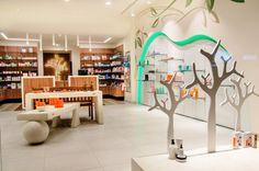 Ανακαίνιση και Διακόσμηση Φαρμακείων Ανακαίνιση και Διακόσμηση Φαρμακείων | Έργα σε όλη την Ελλάδα | Έπιπλά και Εξοπλισμοί Φαρμακείων | Μελέτη, Σχεδιασμός και Κατασκευή Pharmacy Design, Divider, Interior Design, Room, Furniture, Home Decor, Youtube, Nest Design, Bedroom