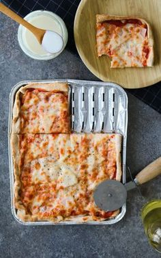 Pizza z grilla to letni hicior, którym na pewno zaskoczycie swoich gości. Nie ma nic lepszego niż jedzenie na świeżym powietrzu w ciepły dzień, a ileż można grillować kiełbachę i karkówkę. Dziś mam dla Was coś zupełnie innego, co wymaga małej ilości pracy, a efekt jest powalający.