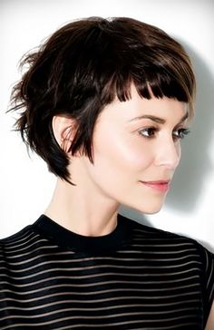 Kurze Haare, gerader Pony Short hair, straight bangs: A short hairstyle that makes the right styling Pixie Cut With Bangs, How To Cut Bangs, Curly Hair With Bangs, Curly Hair Styles, Short Bangs, Short Pixie, Pixie Bangs, Punk Pixie Cut, Cute Pixie Cuts