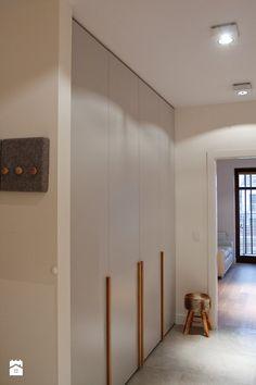 Hol / Przedpokój - zdjęcie od Pracownia Wnętrza - przestrzeń szyta na miarę Wardrobe Design Bedroom, Closet Doors, New Homes, Shelves, House, Furniture, Panelling, Home Decor, Decor Ideas