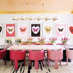 Cada cadeira tem um tom de couro feito especialmente para Kyllie Jenner que correspondem às cores de seus batons! Quadros lindos de Damien Hirst - tour de toda a casa no blog (link na bio) #kyliejennerhouse