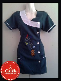 #Delantal Minivestido Verde   Whatsapp +56978942700  CHILE - COPIAPO (LOS CARRERA 1194) Scrubs Uniform, Nurse Costume, Mini Vestidos, Little Girl Outfits, Teacher Outfits, Refashion, Chef Jackets, Look, Ideas Uniformes