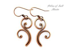 copper dangly earrings - hammered scroll work  Pendientes de cobre sólidos de alambre envuelto pendientes
