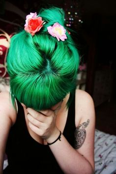 green hair Would never die my hair this color, but it looks so pretty! The black tank and flowers match the green hair very smoothly Bright Hair, Pastel Hair, Bright Green, Lilac Hair, Colorful Hair, Blue Hair, Green Hair Dye, Black And Green Hair, Emerald Green Hair