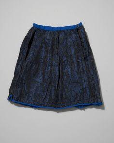 Bovenrokje van gebloemd satinet, gedragen door een meisje of een jongen in rokkendracht. Gezien het materiaal kan de rok gedragen zijn bij speciale gelegenheden. Voor de daagse dracht werden rokken van eenvoudiger materiaal gedragen. 1955-1981 #Overijssel #Staphorst