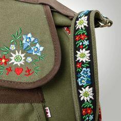Die Blumenstickerei auf der #Tasche von #Blutsgeschwister erinnert an eine farbenfrohe Bergwiese.