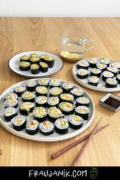 veganes Sushi einfach selber machen #veganesshushi #sushi #vegan #sushiselbermachen #fraujanik #ikea #ikeaschweiz Ikea, Table Settings, Drinks, Vegan Sushi, Marinated Tofu, Healthy Desserts, Drinking, Beverages