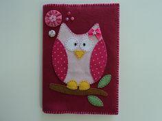 Capa de caderno confeccionada em feltro com aplicação de fuxico, botão, miçangas e patchcolagem de coruja em feltro.