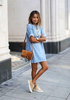 Porque nos encanta ir cómodas y con estilo, te recomendamos este outfit de una it-girl americana. #moda #denim #vestido #sneakers #veige #mujer #estilo