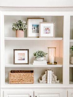 Home Decoration Inspiration Bookcase Styling - Essential Pieces for a New Look Jenny Reimold.Home Decoration Inspiration Bookcase Styling - Essential Pieces for a New Look Jenny Reimold Decoration Chic, Decoration Bedroom, Decoration Inspiration, Decor Ideas, Shelf Decorations, Shelf Inspiration, Journal Inspiration, Home Decor Inspiration, Christmas Decorations