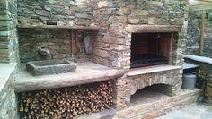 Avaloir métallique sur barbecue en briques et foyer latéral