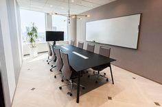 同社来客用会議室の例 「Schwarz(シュワルツ)」 Small Office Design, Small Space Office, Corporate Office Design, Bank Interior Design, Studio Interior, Conference Room Design, Futuristic Interior, House Layout Plans, Office Interiors