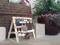 Réalisation d'Angélique // Superbe porte boucle d'oreille en bâtonnet de glace // Créative n°30 Ladder Decor, Presents, Diy, Ideas, Home Decor, Ice, Locs, Gifts, Decoration Home