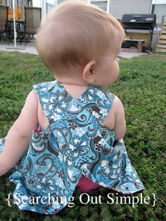 reversible no-tie smock apron pinafore. I'm going to use these directions with my simplicity 5201 adult pattern to replicate a japanese garment. I'll ditch making the bias tape version and make this reversible instead. so excited! Baby Sewing Projects, Sewing For Kids, Pinafore Dress Pattern, Baby Dress Tutorials, Diy Summer Clothes, Diy Clothes, Barbie Clothes, Kids Outfits, Summer Outfits