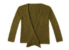 Einfach glatt rechts gearbeitet und lässig gebunden wird die Strickjacke ohne Knöpfe. Diese Jacke wird unser Begleiter für Kleider im Herbst und Winter.