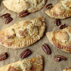 Caramel-Pecan Hand Pie RecipeThese hand pies feature the classic combination of caramel and pecans. Recipe os from The Cafe Sucre Farine. Empanadas, Cobbler, Pie Recipes, Dessert Recipes, Pastries Recipes, Kraft Recipes, Dessert Bars, Dessert Ideas, Fall Recipes