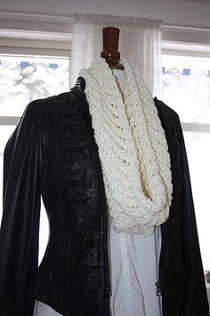 Free pattern (in english and norwegian): Airy Cowl Knitted Cape, Knitted Shawls, Hooded Scarf Pattern, Free Knitting, Knitting Ideas, Knit Crochet, Crochet Style, Chrochet, Crochet Fashion