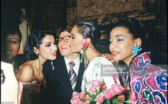 Yves Saint Laurent entouré de ses mannequins à l Hôtel Intercontinental en Janvier 1987. Haute couture été 1987. Getty Images.