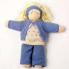 Bambola di pezza Vera    Vera, la bambola di stoffa da vestire prodotta in India.    PEPPA® è una ricca collezione di bambole di stoffa fatte a mano per bambini di ogni età, confezionate unicamente con materiali naturali. Misura 30 cm.
