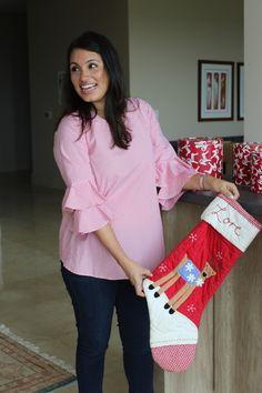 Una blusa materna diseñada exclusivamente para @9lunasshop.  Tiene unas mangas modernas en forma campana y un corte que acentúa todas las curvas de tu embarazo. Hecha de lagodón suave y cómodo tiene un estampado de rayas rojas y blancas que combinará perfectamente con tus jeans favoritos. Christmas Stockings, Holiday Decor, Jeans, Home Decor, Shape, Red Stripes, Modern Maternity Clothes, Pregnancy Clothes, Clothing Stores
