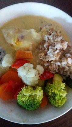 Kanaa juustokermassa, kasviksia ja riisisekotusta.