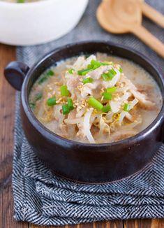 煮るだけ5分♪『豚バラもやしのとんこつ風♡ごま味噌スープ』 by Yuu / 豚肉ともやしを使った5分でできるコクうまスープ。材料をお鍋に重ねたらあとはコトコト煮るだけなのでとっても簡単!味噌と豆乳、そしてすりごまを使ってとんこつラーメンのような味に仕上げているため、男子ウケも抜群♪今回は、豚バラを使用しましたがこまぎれ肉でも作れるのでぜひお気軽にお試しくださいね!身体もお財布もポカポカ温まりますよ♡ / Nadia