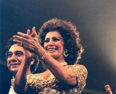 80 Jahre Wiener Opernball: 1995 - Fest der Diven: Sophia Loren mit Galan Placido Domingo. Mehr zur Geschichte des Opernballs: http://www.nachrichten.at/nachrichten/150jahre/tagespost/Der-erste-Walzer-in-der-Oper;art171761,1639171 (Bild: Archiv)