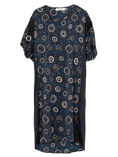 Klassisk MUNTHE loose-fitted silke-stretch kjole med print inspireret af afrikanske mønstertraditioner. Denne kjole er japansk skåret i ét stykke og falder roligt og pænt på kroppen. Sorte, slanke striber langs siderne tilføjer et klassisk udtryk.