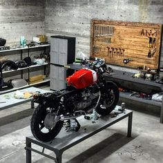 Garage workshop: Moto Guzzi in the discover Garage Tools, Garage Shop, Garage Workshop, Car Garage, Workshop Ideas, Workshop Cafe, Wood Workshop, Small Garage, Workshop Design