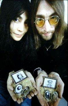John and Yoko with photographs of Julian and Kyoko. John Lennon Yoko Ono, John Lennon Beatles, John Lennon Sunglasses, The Monkees, Joko, The Fab Four, Van Halen, Ringo Starr, Paul Mccartney
