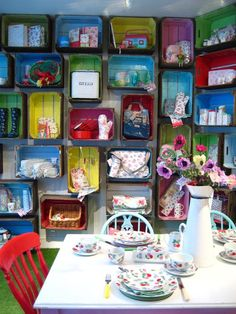 Wall of painted crates! Toys in the playroom? Pallet Crates, Wood Crates, Pallets, Green Wellies, Craft Stalls, Crate Shelves, Play Houses, Retro, Decoration