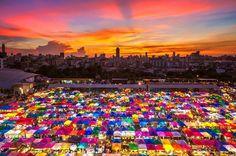 E para dar muito mais cor ao seu dia e ao seu fim de semana que tal essa incrível fotografia das tendas do mercado de rua em Bangkok? #calçathai #bangkok #tailândia #fotografia #cor #mercado #tendas #culturatailandesa #beleza #alegria