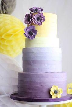 Estas tartas nupciales brillan en amarillo Gen Z y lila, luciendo desde vibrantes tonos bañados por el sol hasta el color de un suave atardecer. Diseño de Sugared Saffron. #GenZyellow #tartanupcial #pastelbodas #lila
