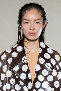 Wet hair is having a moment on the runway. The 6 best looks to try, including this Maison Margiela just-caught-in-a-storm hair. Wet Look Hair, Wet Hair, Hair Looks, Runway Hair, Runway Makeup, Fashion Editorial Makeup, Beauty Editorial, Model Face, Fashion Face