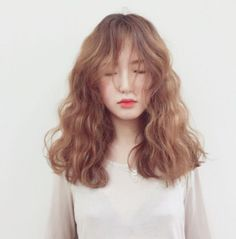 You can do a lot with medium length hair. Check out these chic hairstyle ideas for medium length hair to find the best style for you. Chic Hairstyles, Permed Hairstyles, Pretty Hairstyles, Hairstyle Ideas, Pelo Ulzzang, Ulzzang Girl, Face Hair, Hair Lengths, New Hair