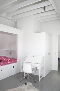 Slaapkamer, bed onder schuin dak, grijze houten vloer