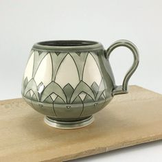 √ Easy and Awesome Pottery Painting Ideas for Beginner [Images] Hand Painted Pottery, Hand Painted Ceramics, Pottery Painting Ideas Easy, Pottery Ideas, Porcelain Mugs, Ceramic Bowls, Pottery Bowls, Ceramic Pottery, Pottery Place