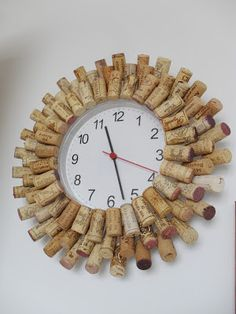 Im gleichen Zug mit dem Kork-Tannenbaum hab ich auch unsere Uhr verschönert:     Dazu habe ich eine alte Uhr von Ikea ( Rusch  für 1,99) ein...