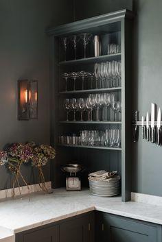 Если вы любите атмосферу утончённости и спокойствия, то серый цвет в интерьере кухни будет прекрасным решением.