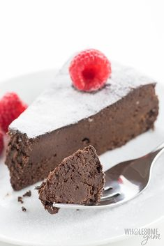 Gluten-Free Sugar-Free Flourless Chocolate Cake Recipe - This gluten-free sugar-free flourless chocolate cake recipe needs just FIVE INGREDIENTS! Made with unsweetened chocolate and your sweetener of choice, this is the best flourless chocolate cake recipe ever! Naturally keto and low carb.