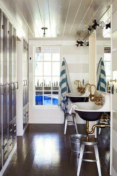 Una casa perfecta forrada de listones blancos · A perfect home covered with white strips #bathroom #bath #baño