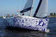 This unique Dutch Topper boat stands out for its eye-catching print. This particular boat gives an extra dimension to your sailing holiday. Have fun sailing it!