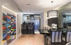 Tons de cinza e de preto predominam neste apartamento para um jovem solteiro. Daniela Fardo decorou com estampas geométricas e quadros coloridos para quebrar o conceito de neutralidade e dar espontaneidade aos espaços.
