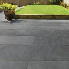Grey patio slabs slate trendy ideas - home/home, Slate Paving Slabs, Slate Patio, Patio Slabs, Patio Tiles, Paved Patio, Patio Wall, Grey Pavers, Paving Stones, Outdoor Paving