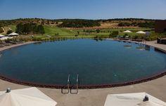 Piscina com vista campo de golfe