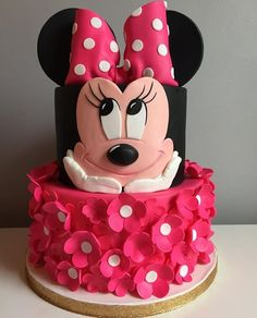 Perfect for a first birthday theme, a Minnie Mouse party is sure to be a hit with your little Disney fan. From cake to decorations, we have tons of adorable Minnie Mouse party ideas that you can easily incorporate into your event. Minni Mouse Cake, Bolo Do Mickey Mouse, Bolo Minnie, Minnie Mouse Birthday Cakes, Minnie Cake, Birthday Cake Girls, Mickey Birthday, Disney Mickey, Birthday Cake Disney