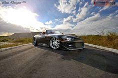 Fonds d'écran avec la voiture ergonomique Honda S2000 contre le ciel bleu nuageux