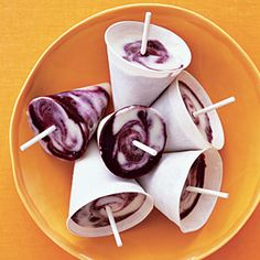 Lemon-Blueberry Twist Pops Swirl blueberries, lemon yogurt, and milk together and freeze to make a cool smoothie-on-a-stick. Low Calorie Desserts, Köstliche Desserts, Frozen Desserts, Frozen Treats, Dessert Recipes, Frozen Fruit, Summer Desserts, Summer Treats, Summer Drinks
