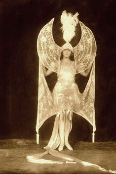 Pearl Germond as 'Moonlight', Ziegfeld Follies Midnight Frolic, Alfred Cheney Johnston Burlesque Vintage, Vintage Circus, Belle Epoque, Mode Bizarre, Vintage Beauty, Vintage Fashion, Edwardian Fashion, Vintage Glamour, Gothic Fashion