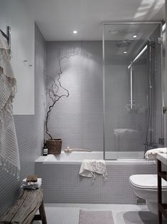 Серая нейтральная ванная комната. .